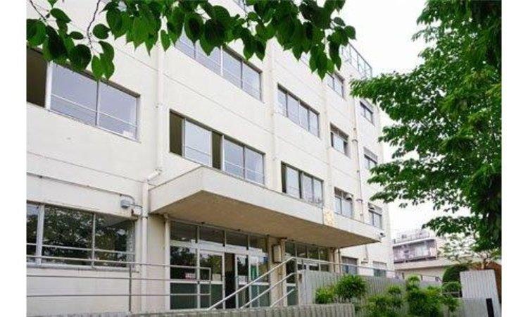 世田谷区立駒沢中学校まで1300m。 「学級づくりは人間関係づくり」をスローガンに、思いやりをつなぎ、心が温かくなる学校を目指しております。