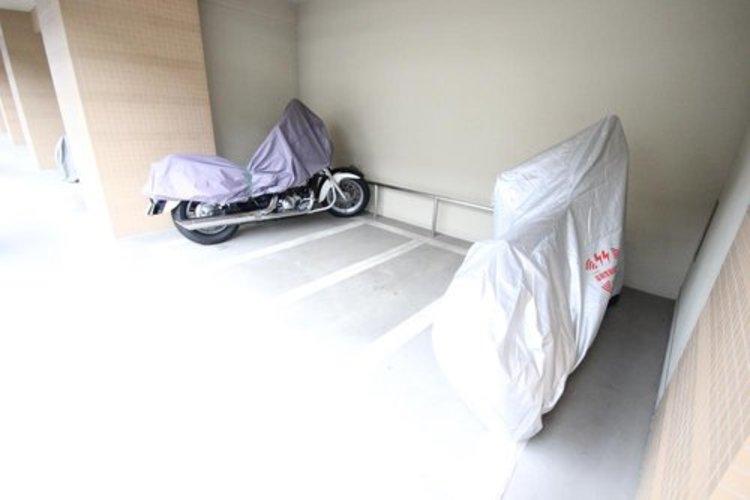 バイク専用置場。大きめのバイクをお持ちの方でも難なくお停め頂けます。※空き状況は都度ご確認下さい。
