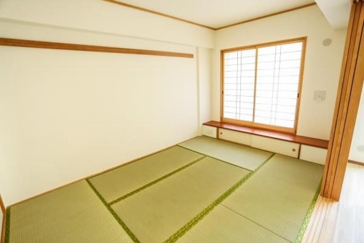 <リビング隣の和室>リビングの続き間としても利用できる6帖の和室。畳の香りに包まれながら普段は子供の遊び場やご両親様のお部屋として、急な来客の場合は襖を締め切り客間としても利用可能。