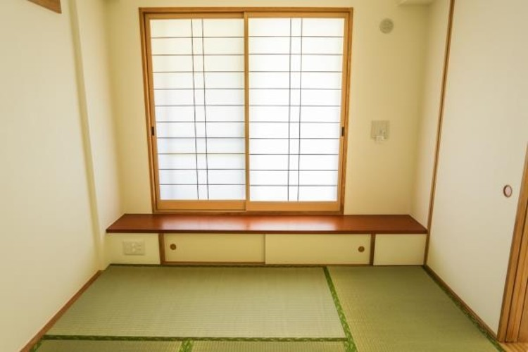 和室の窓下にもちょっとした収納があり、TV台としてもお使いいただきます。