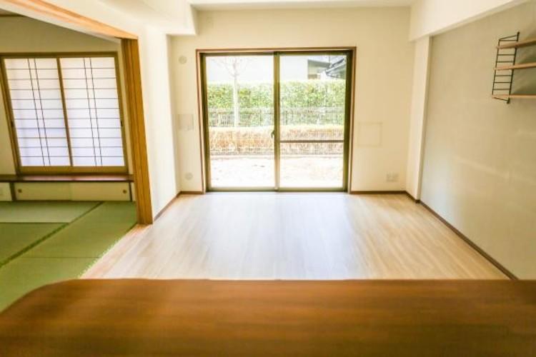 <リビングと一体で使える個室>リビングに隣接する個室に段差がない間取ですので、引き戸を開け放てば2部屋が一体となり広々に。快適空間が生まれることで、家族が集まりやすくなります。