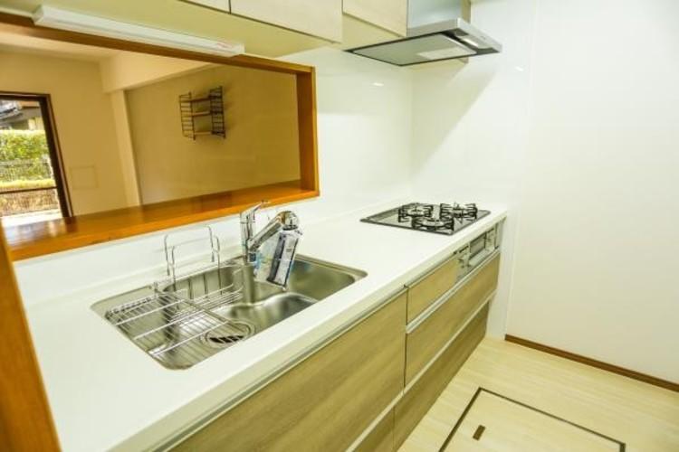 三口コンロで料理の幅を拡げてくれる使いやすいシステムキッチンを採用。洗い場も大きいので野菜や食器を洗ったりする際にも捗り、奥様の強い味方となってくれるはずです。