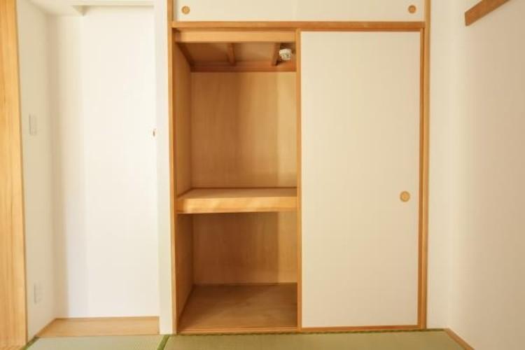 <CL(クローゼット)>多くの人がお困りの住まいの収納。壁面クローゼットがあればタンスを置く必要がなく、出っ張りのないスッキリ空間を維持できます。限られたスペースを有効に活用できそう。