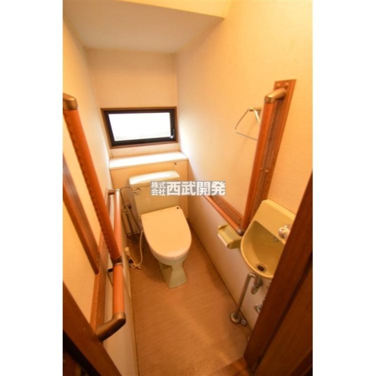 手洗い付きのトイレ、窓もあるので換気がしやすいですね!
