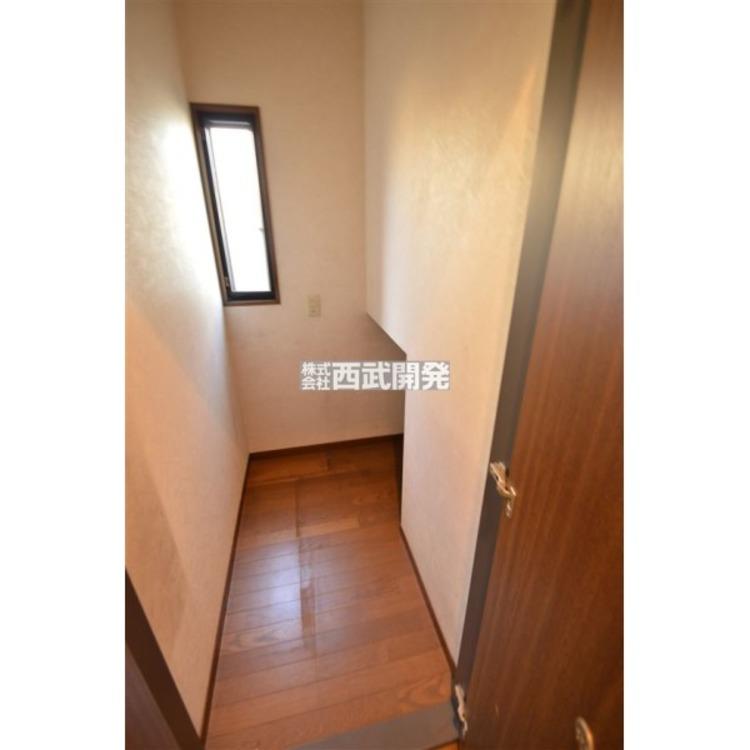 1階廊下には階段下のスペースを利用した収納付き!掃除機等をしまっておくのに便利!
