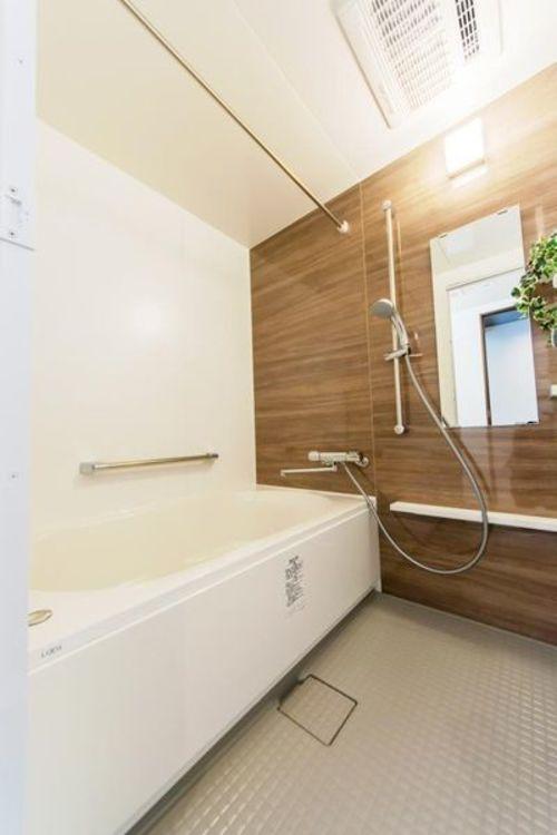 「バスルーム」落ち着きのあるバスルームでゆったりとした時間が過ごせます。