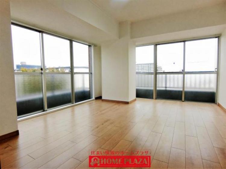 2面の窓が大きいので明るい洋室です。