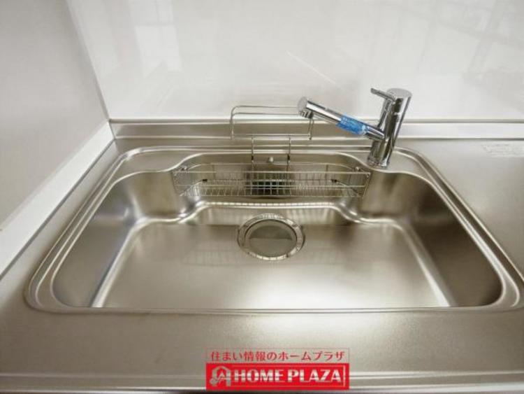 キッチン水栓は、浄水器内蔵タイプ採用。ノズルを引き出す事が出来るため、シンクの隅々までお手入れが可能です。
