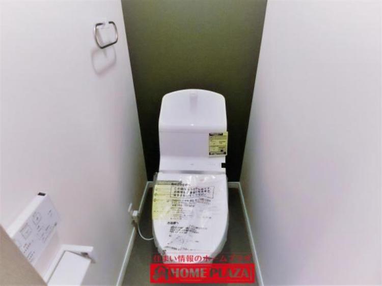 """シックなアクセントクロスがオシャレなトイレ。少ない水でもしっかりトルネード(渦)洗浄してくれて、便座のフチを丸ごと無くし&便座がリフトアップ""""!! お掃除がしやすく楽なトイレです。"""