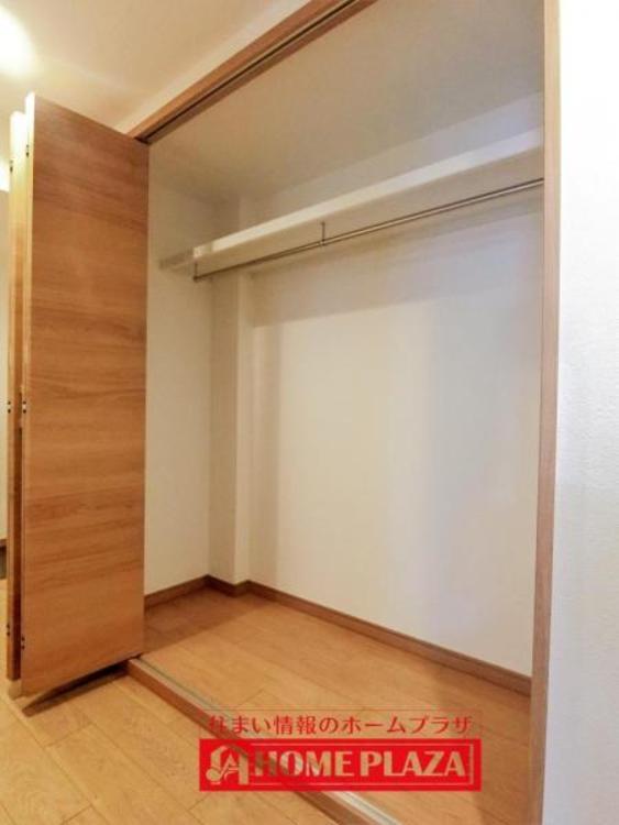 玄関入ってすぐの廊下に大きなクローゼットがあります。コートなどをかけて置くのにいいですね。