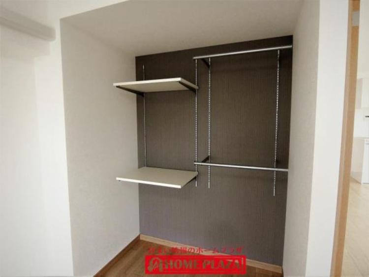 アルミチャンネルの棚があります。自分で買ってきて棚を増やすことも可能です。