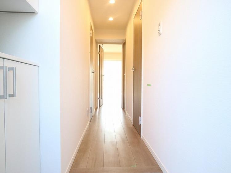上質感漂う玄関と廊下。居住者の帰り、訪れる方を優しく迎える・安らぎに満ちた生活空間を予感させる。健やかな暮らしを楽しめそう。