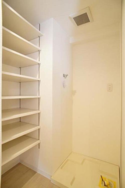 選択置き場は室内にございます!横に棚があり備品の整理が出来て嬉しいです!