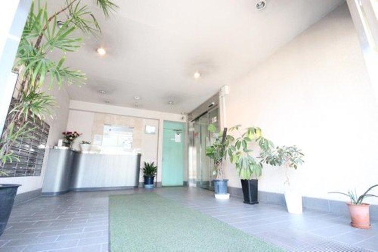 光注ぐエントランスは高級感と安心を兼ね備えた空間となっており、このマンションの魅力のひとつです。