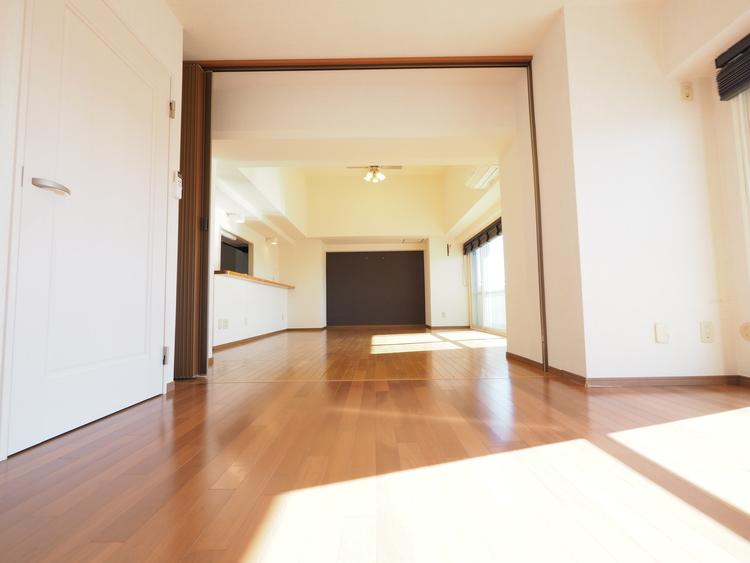 リビングと洋室の間をアコーディオンカーテンで仕切れますのでお部屋の使い方の幅が広がりますね。