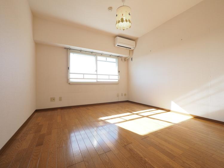 収納付、エアコン付のお部屋です。寝室でもお子様の子供部屋にもいいですね。