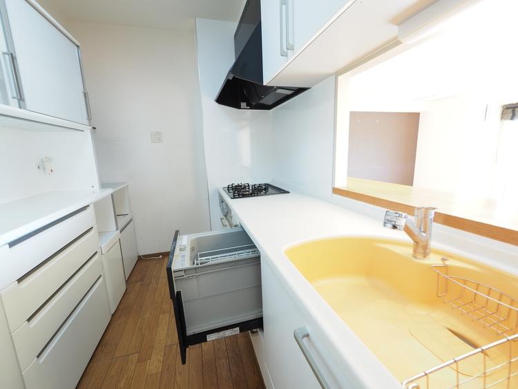 食器洗乾燥機は時間短縮 につながり、奥様の強い味方です。高温のお湯や高圧水流を使うことにより汚れを効果的に落とします。