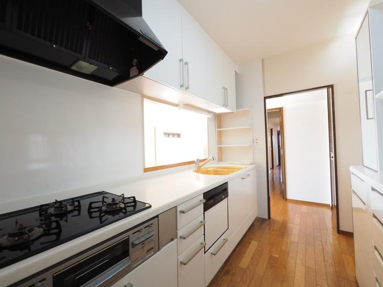 キッチンからは家族の出入りが見えるため、毎朝、ひとりひとり見送ることができる「優しいお家」です。