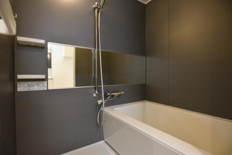 一日の疲れを落としてくれる場所は、落ち着く場所でなければならない。心地よいバスタイムを演出する浴室はゆとりあるサイズを採用。