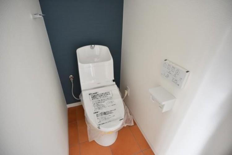 いつまでも清潔な空間であって頂けますように、目に留まるだけではなく、汚れをふき取り易いフロアと壁紙をチョイス致しました。