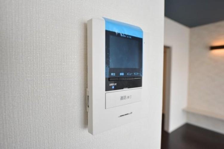 【TVモニター付インターホン】来訪者の様子を室内TVモニターでチェック。対応したくないセールスを断りやすく、子どもに留守番をさせるときも安心。不在時の来訪者を録画でき、犯罪抑止効果も期待できます。