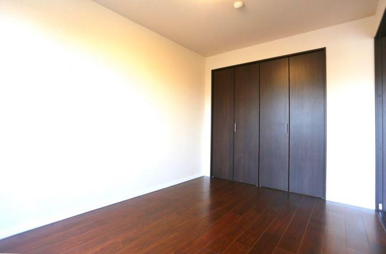 「洋室」約6.1帖 大型クローゼット付きでお部屋がすっきりと片付きます。