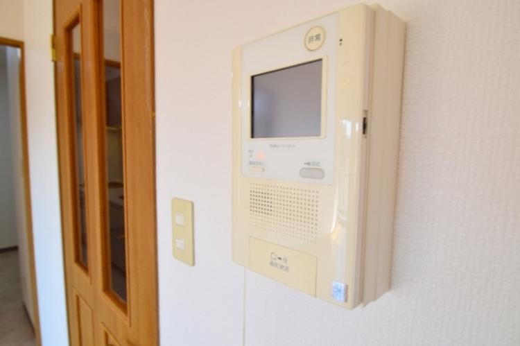 TVモニター付きインターフォン。玄関まで出なくて誰が来たのか確認できるので安心ですね。お子様のお留守番用にも。