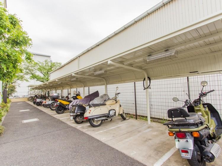 <バイク置き場>バイク置き場付きのメリットは大切な自分のバイクを目の届く範囲におけるという事や、別途駐車場を借りる必要がない事です。