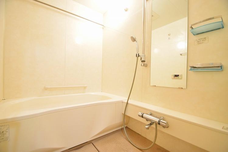 白を貴重地した浴室は一日の疲れを癒やす特別な空間に