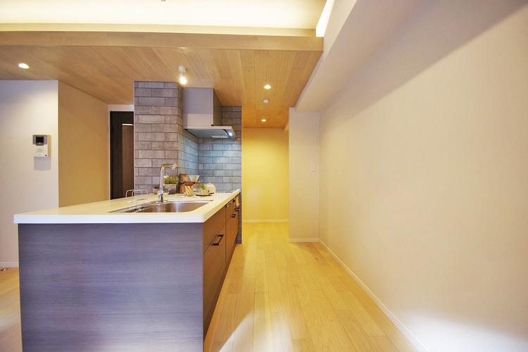キッチン横にはユーティリティルームがあり、家事動線を考えられた造りになっています