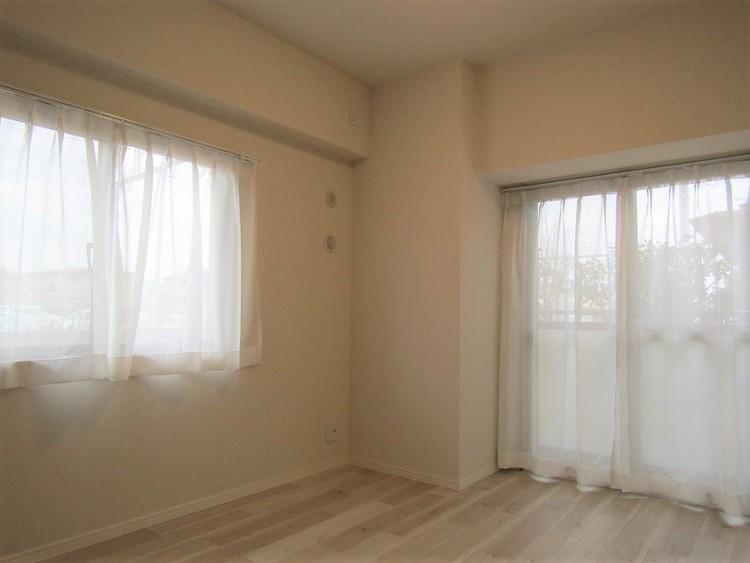 洋室1は二面窓の約6.3帖
