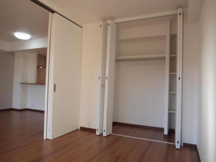 たっぷりの収納もあるリビング横の洋室。扉を開放すれば約20帖の大空間になります!