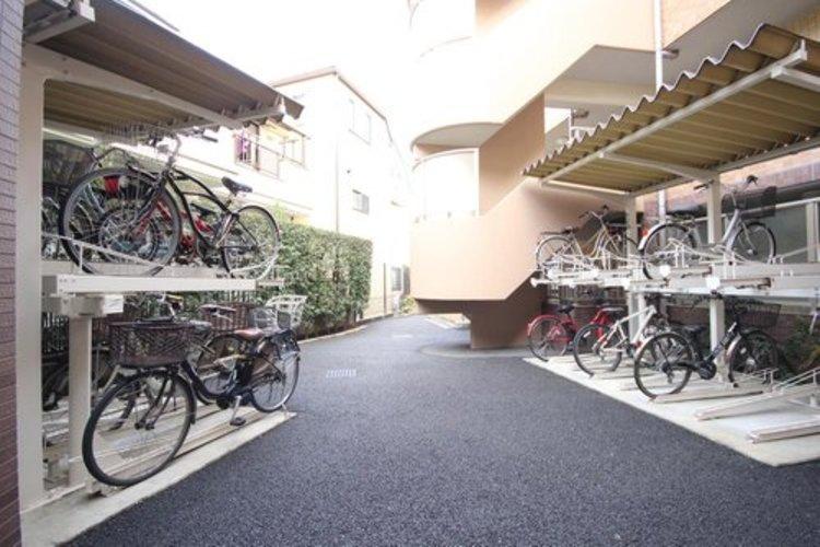 屋根付サイクルポートは、スペースをとらない2段式。