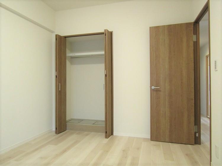 洋室はそれぞれ収納を確保。