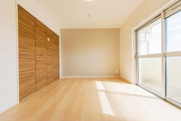 「洋室」約6.0帖 壁一面にシステム収納を設置