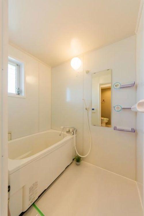 「バスルーム」朝のバスタイムも楽しめる窓付きの明るいバスルーム