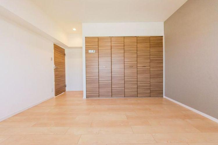 「洋室」約6.8帖 全室大型収納付きでお部屋がすっきりと片付きます。
