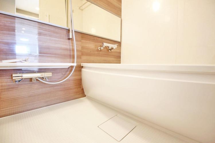 大型浴槽とシックな色合いの浴室は一日の疲れを癒す特別な空間に