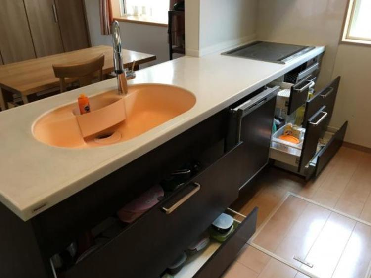 キッチン用品もスッキリしまえるたっぷり収納付き!
