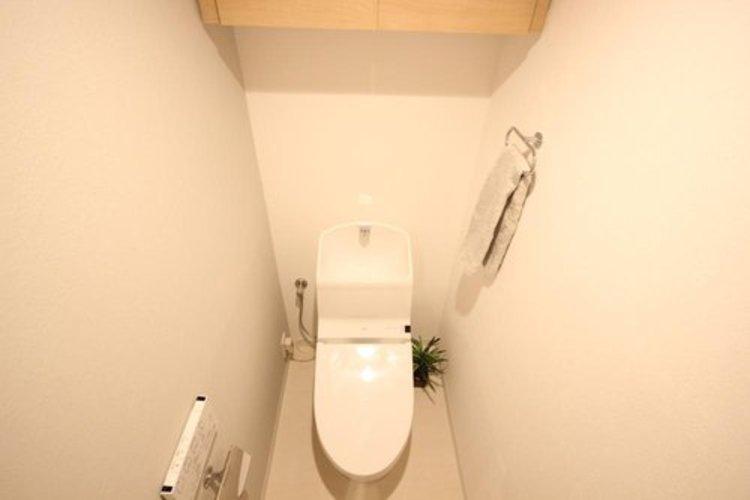 清潔感の高いお手洗い。上部に収納もついておりますので、とても便利です。