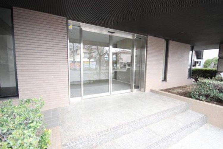 開放感溢れる空間。一面は全てガラス貼り、厳選された素材で構成された壁面。