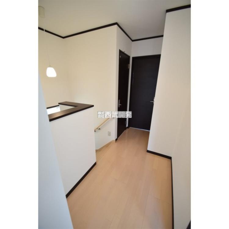 階段を上り各居室までのスペースも余裕がございます。