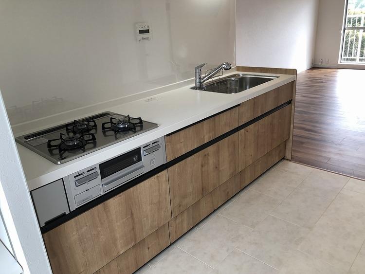システムキッチンは使い勝手抜群!背面スペースには、食器棚と冷蔵庫を設置してもゆったりしたした空間でお料理も!