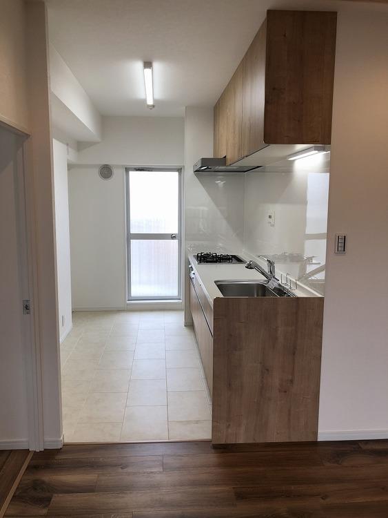 キッチン横には、あまり室内に溜めたくないゴミも置ける北側バルコニー・勝手口があります。