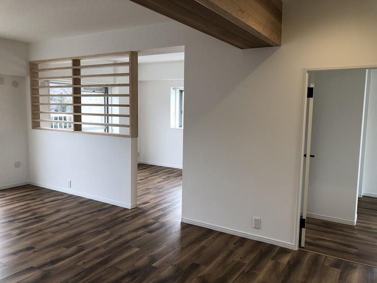 リビング横のフリースペースは、木格子壁の仕切りなので、圧迫感を感じさせません。お子様のプレイルーム、家事室や趣味スペース、様々な用途に利用いただきます!