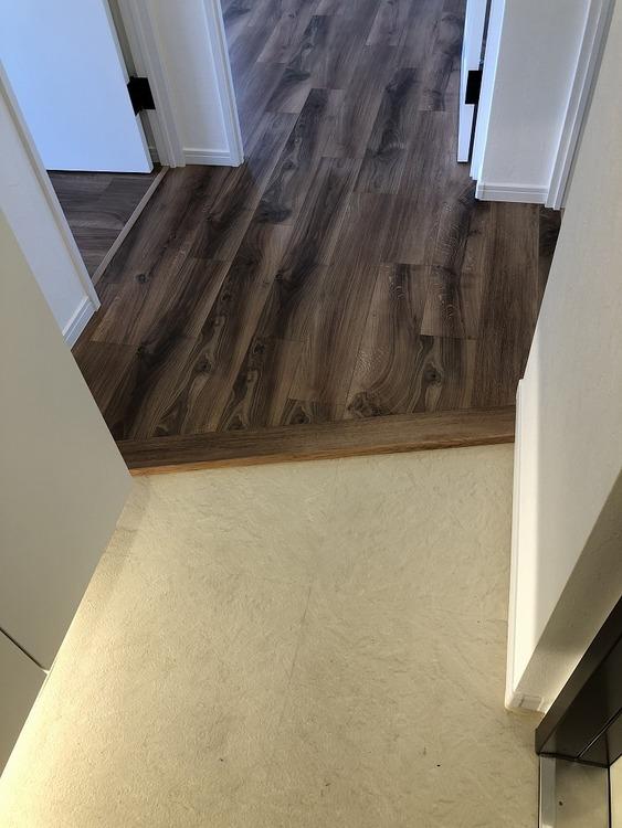 玄関に少しでもゆとりを。床との境は斜めラインにして空間を広く見せています。