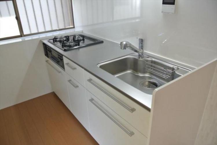 〇自然光がはいるキッチンは暖かな陽射しが差し込み機能性と収納性に溢れるキッチンです。