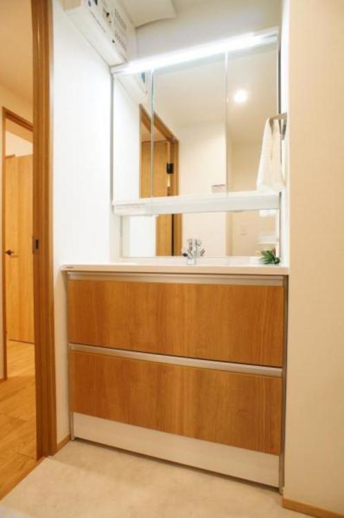 三面鏡の中も収納となっているので、洗面台をスッキリとお使いいただけます