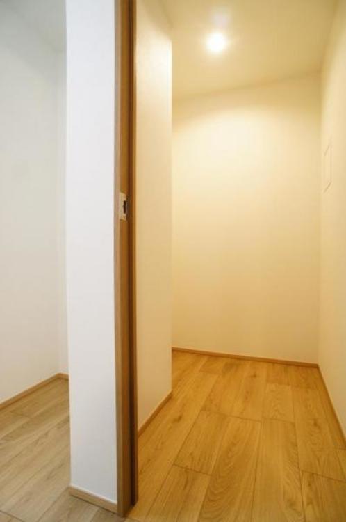 キッチン横にパントリースペースがございます。食器棚なども入れることができます!