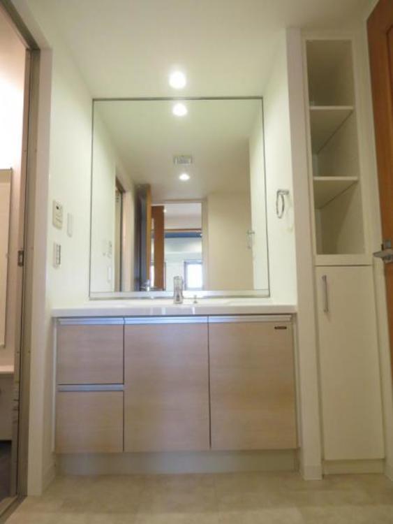洗面台の横にはタオルなどの収納に便利な棚付き